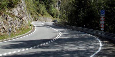 Am Kesselberg, hier noch ohne die inzwischen installierten Fahrbahnteiler.