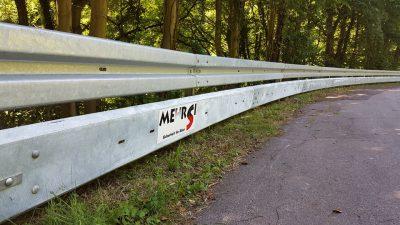 Schutzplanke mit Unterfahrschutz, von MEHRSi durch Spenden finanziert und beauftragt (Foto: MEHRSi)