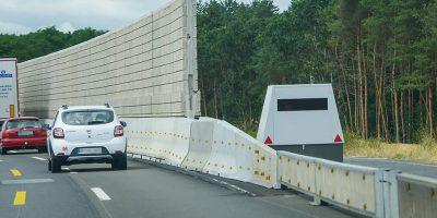 Ein Enforcement-Trailer am Fahrbahnrand einer Autobahn. Bevor Du ihn bemerkst, hat er Dich schon längst im Visier.
