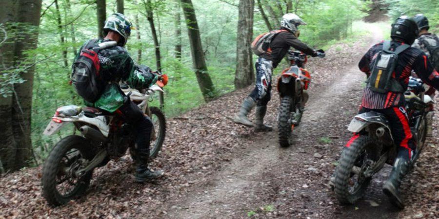 Motocrosser schlagen Jäger