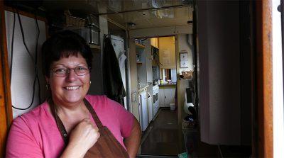 Brigitte in der Küche ihres Speisewagens.