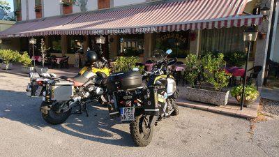 Unsere Kräder vor der Albergo Canin warten auf die Abfahrt.