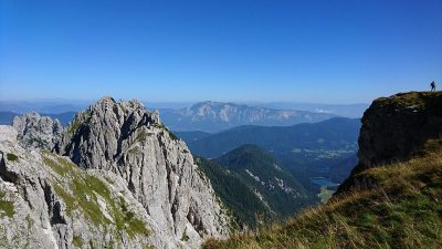 Blick vom Mangart auf die italienische Seite. Im Hintergrund der Dobratsch (Österreich).