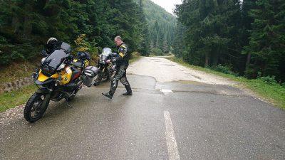 Eben noch Schotter, dann plötzlich Bundesstraße. DN66A an der Grenze Hunedoara.