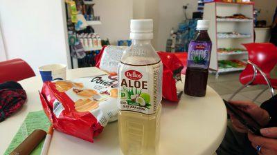 An der Tanke ein kaltes Aloe-Vera-Getränk. Köstlich!