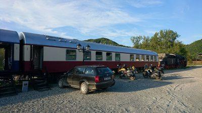 Unser Hotel für zwei Tage: der Karpatenexpress. Vorn eine Resica-150, eine weitergebaute Einheits-BR 50.