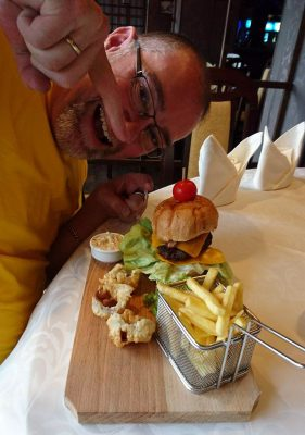 Haben es uns verdient: leckere Burger im nahen Hotelrestaurant.