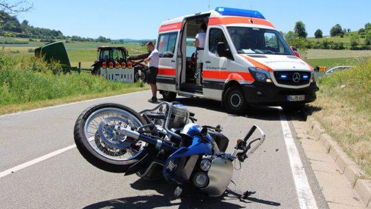 Traktor nimmt Motorrad die Vorfahrt